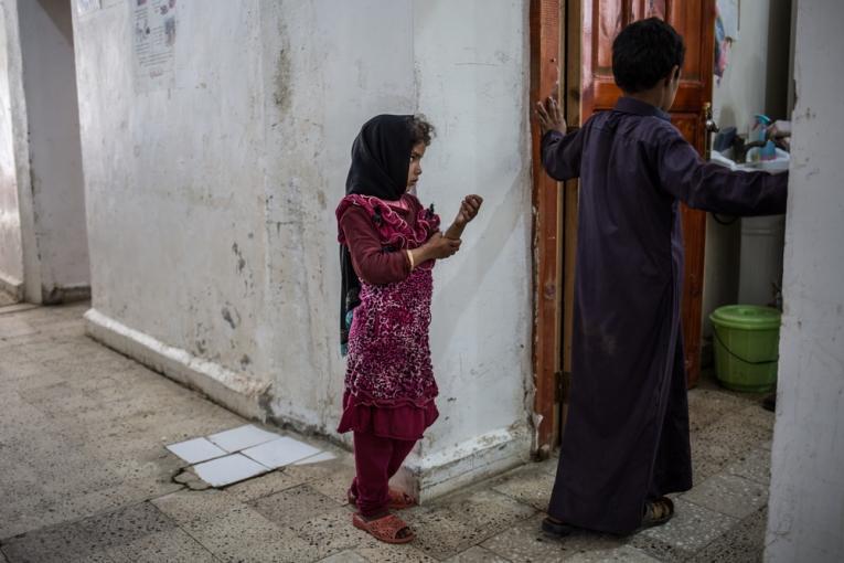 Une petite fille attend devant les urgences de l'hôpital de Haydan.  © Agnès Varraine-Leca/MSF