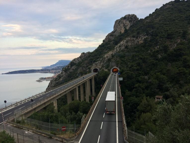Vue de l'autoroute entre l'Italie et la France empruntée à pied par des personnes qui veulent rejoindre coûte que coûte la France. 2018.  © Lisa Veran/MSF