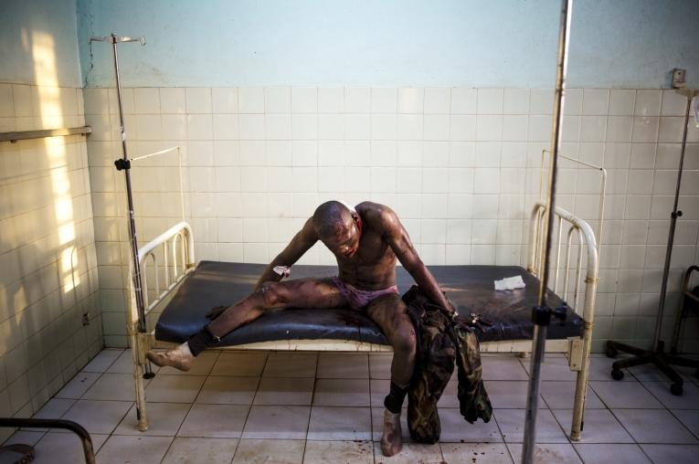 Un soldat de l'armée centrafricaine , blessé lors de combats avec des rebelles musulmans de la Séléka, à l'hôpital communautaire de Bangui.  © William Daniels