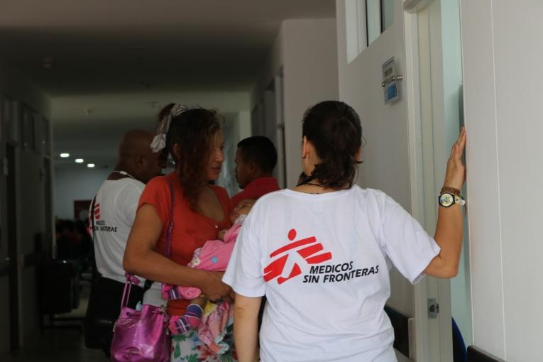Dans les cliniques soutenues par MSF en Colombie, les équipes dispensent des soins de santé primaire pour les enfants et les adultes, de santé mentale, sexuelle et reproductive, y compris des soins prénataux et postnataux.  © Esteban Montaño/MSF
