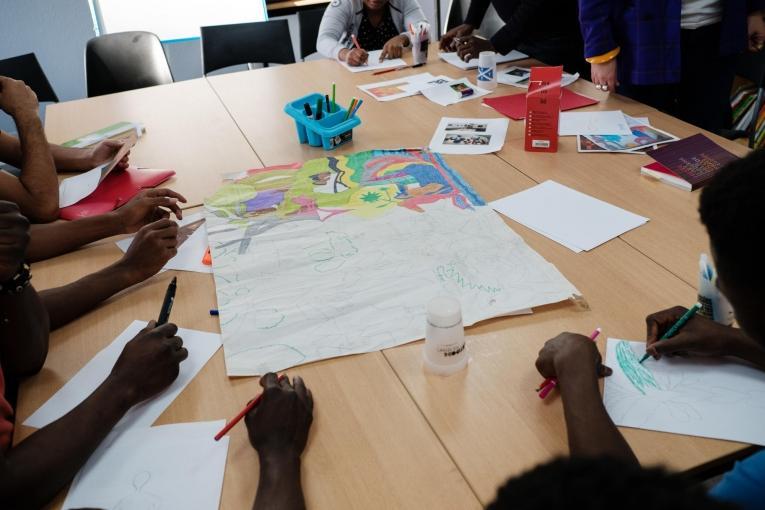 Des jeunes participent àdes cours de sensibilisation à l'art et des cours d'art plastique dans la salle d'activité de l'hôtel MSF organiséspar une bénévole qui travaillent au Musée d'art contemporain de Paris. 2018. France.  © Augustin Le Gall/Haytham