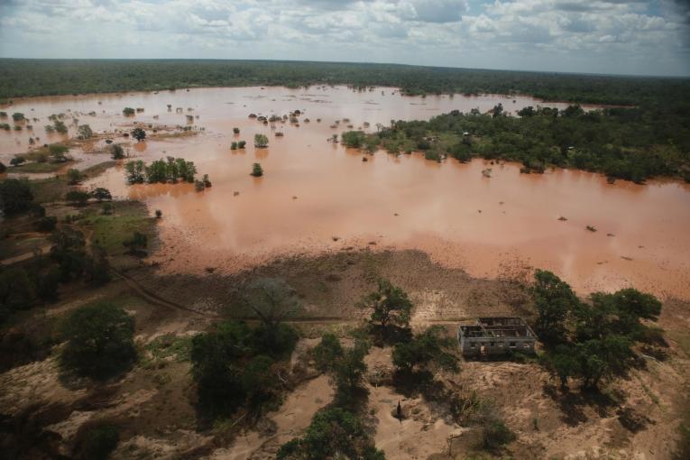 La rivière àproximité de Tica est sortie de son lit et les eaux sont boueuses. Mozambique. 2019.    © Mohammad Ghannam/MSF