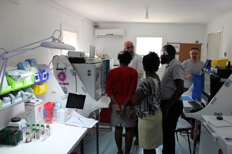 Depuis juin 2019, le centre Drouillard en Haïti a été choisi comme site pilote du projet. Les grands brûlés présentent un risque fort de septicémie et sont donc une population cible du laboratoire de bactériologie.  © MSF