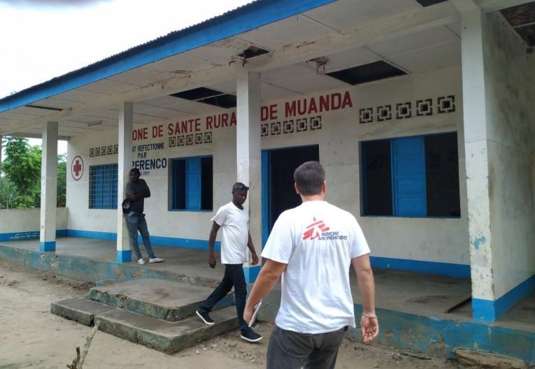 Zone de santé rurale de Muanda. Gabriel, infirmier superviseur, et Christopher, médecin référent, font la première visite au centre de Santé de Nsiamfumu, à 15 km de la ville.  © Christopher Hook/MSF