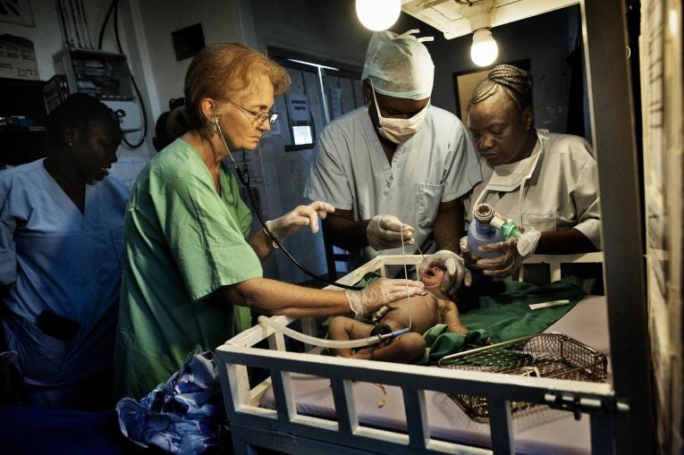 Le personnel de MSF fournit des soins aux femmes présentant des complications pendant la grossesse au Centre de référence de Gondama, en Sierra Leone (octobre 2012).  © Lynsey Addario/VII