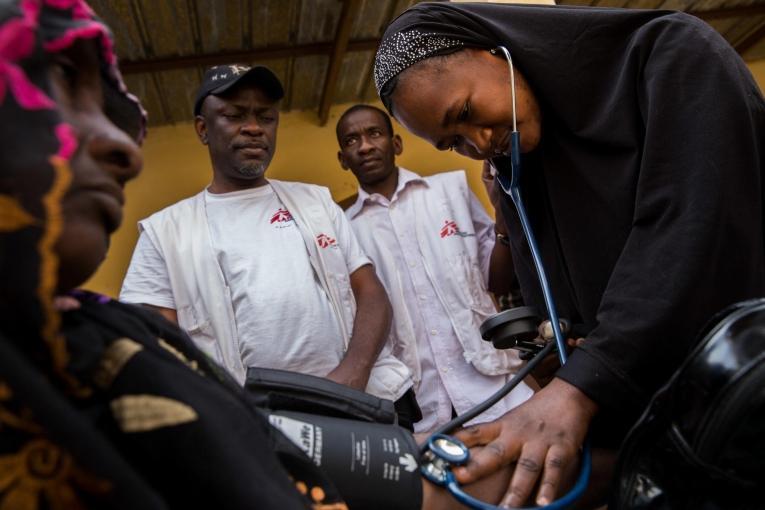 Dans la région de Gao, au Mali, les cas d'hypertension, souvent liéeau diabète, sont très nombreux, en raison de la forte consommation de sucre et des niveaux de stress plus élevés depuis le début de la crise. Février 2013.  © MSF