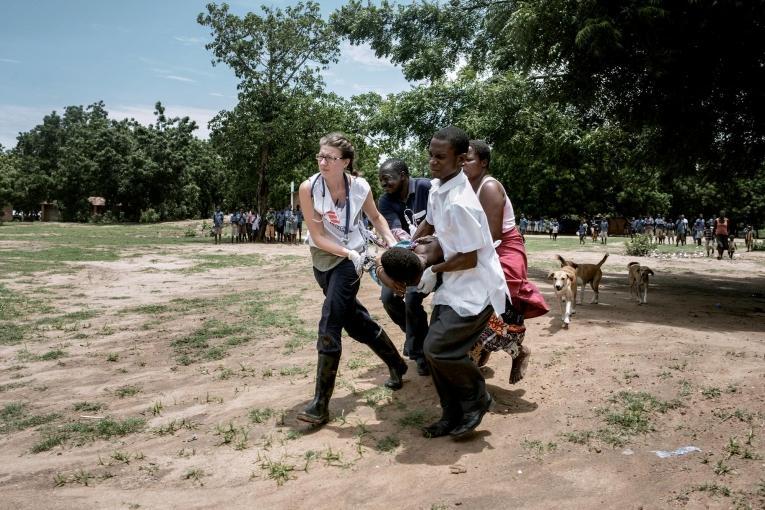 Une infirmière MSF procède à l'évacuation d'une femme enceinte de 9 mois, qui souffre de complications.Malawi. 2015.  © Luca Sola