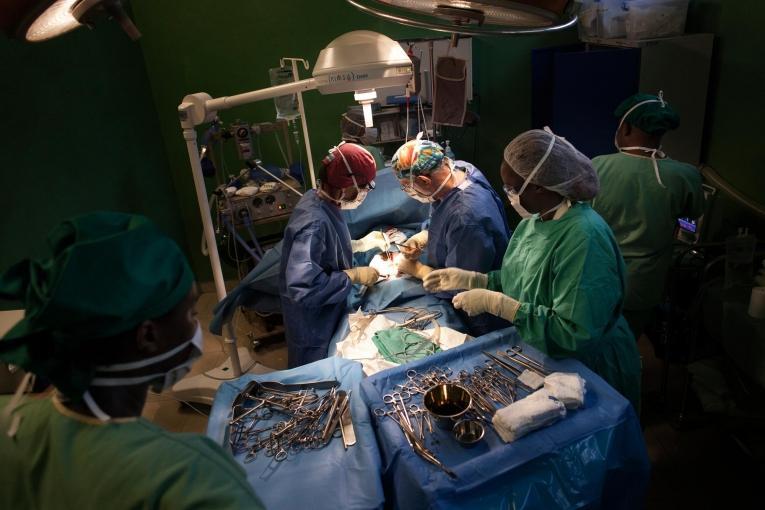 Une opération chirurgicale au centre de traumatologie de MSF à Bujumbura, Burundi. Décembre 2015.  © Albert Masias/MSF