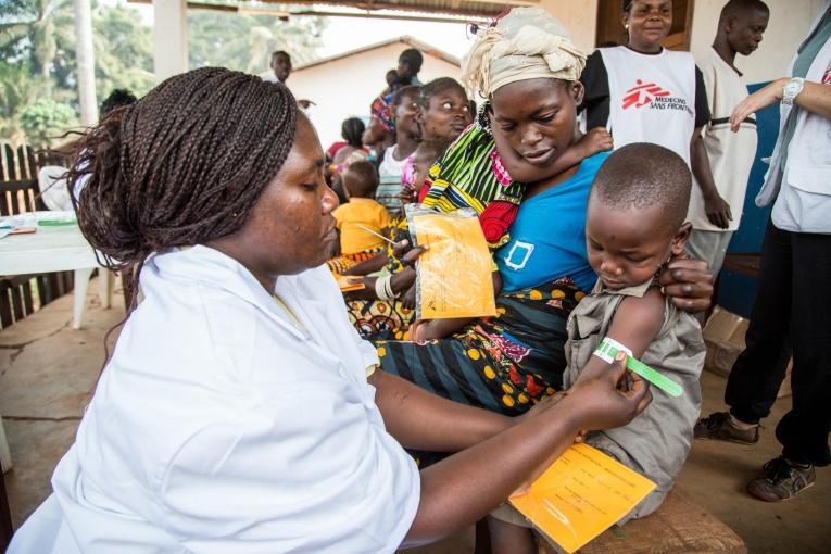 Vaccination et dépistage de la malnutrition, République centrafricaine, février 2014.  © Pierre-Yves Bernard/MSF
