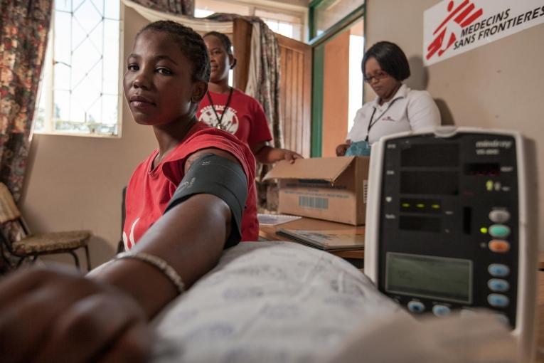 Examen de pression artérielle d'une jeune mère séropositive lors d'une réunion du club d'observance des traitements d'Eshowe, dans le KwaZulu-Natal.  © Greg Lomas /MSF