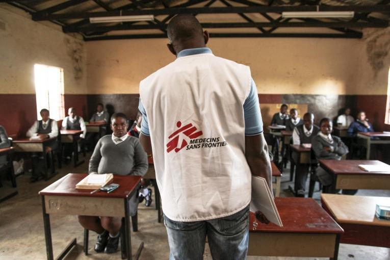 Des lycéens écoutent attentivement un discours sur la santé, Hhashi, zone rurale du KwaZulu-Natal, province fortement touchée par le VIH.  © Greg Lomas /MSF