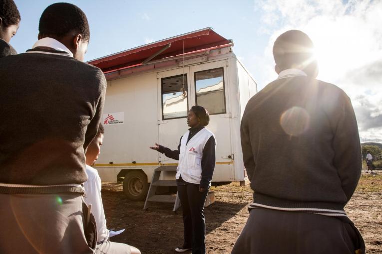 Des lycéens font la queue devant le stand mobile 1-Stop d'information et de dépistage de MSF, Hhashi, zone rurale du KwaZulu-Natal.  © Greg Lomas /MSF
