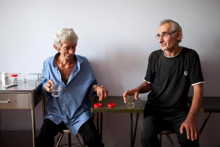 Les patients Akhmed Khojava (gauche) et Nugzar Papashvili (droite) prennent leur « traitement sous surveillance directe », comme tous les patients du centre national de traitement de la tuberculose et des maladies pulmonaires de la capitale géorgienne, Tbilissi.  © Daro Sulakauri/MSF