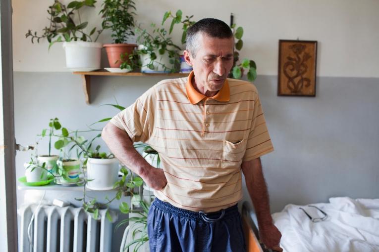 Kale Mantkava dans sa chambre, à l'hôpital de traitement de la tuberculose d'Abastumani.  © Daro Sulakauri/MSF