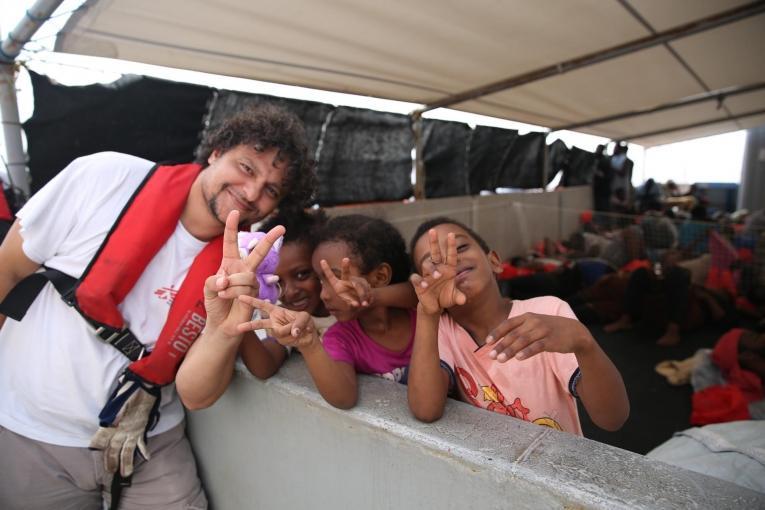Les enfants d'Abu Omar avec le médiateur culturel MSF.  © Mohammad Ghannam/MSF