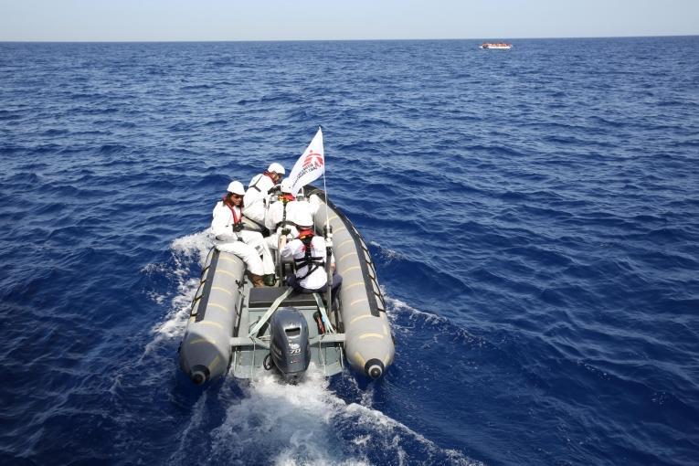 Un semi-rigide rejoint un bateau de migrants en détresse.  © Mohammad Ghannam/MSF