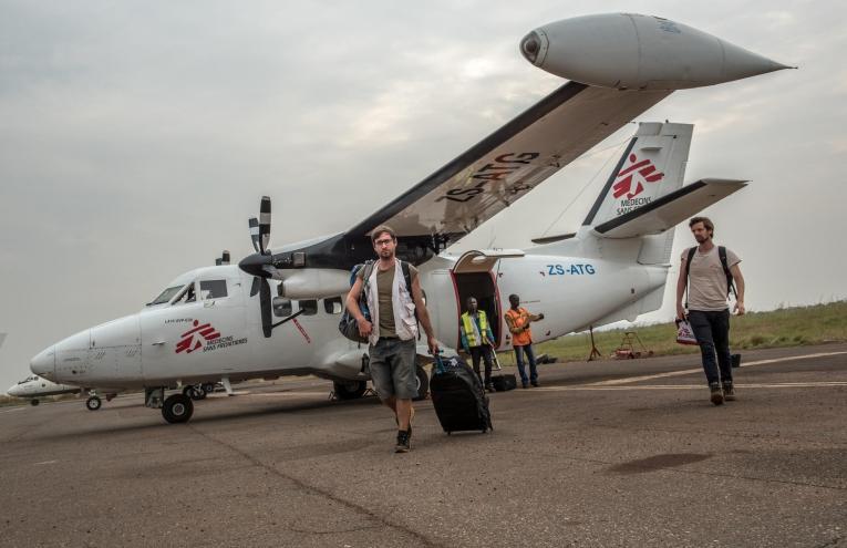 Les équipes de Medecins Sans Frontieres, parties de Bangassou, arrivent à l'aéroport de Bangui. République centrafricaine. Février 2017.  © Borja Ruiz Rodriguez/MSF