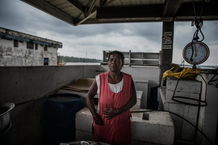 Nuri vend des poissons sur l'un des marchés de Buenaventura. L'un de ses fils a été brutalement assassiné par un gang local il y a 16 ans. Depuis, elle souffre d'attaques de panique, d'anxiété et de symptômes de schizophrénie.Buenaventura, Colombie. Novembre 2016.  © Marta Soszynska/MSF