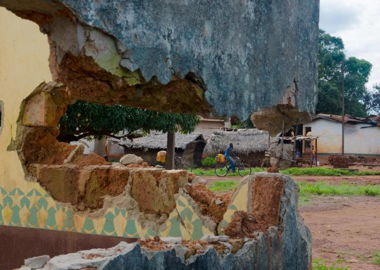 Bangassou, vue sur la rue à travers le mur détruit de la mosquée.  © Natacha Buhler/MSF