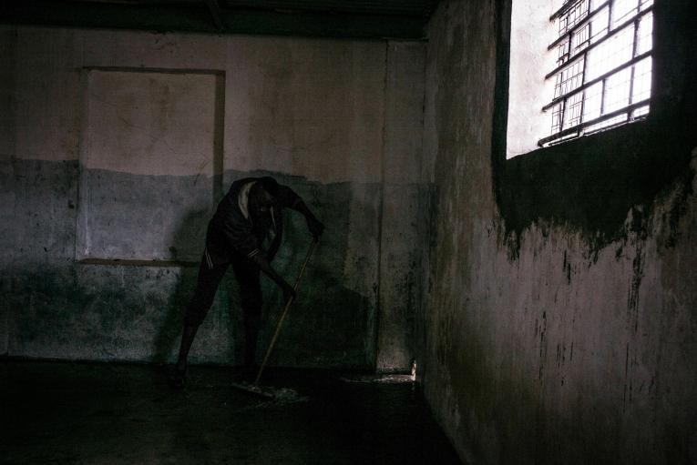 Un détenu tente de nettoyer une cellule avant l'arrivée de 200 nouveaux détenus.  © Guillaume Binet/Myop