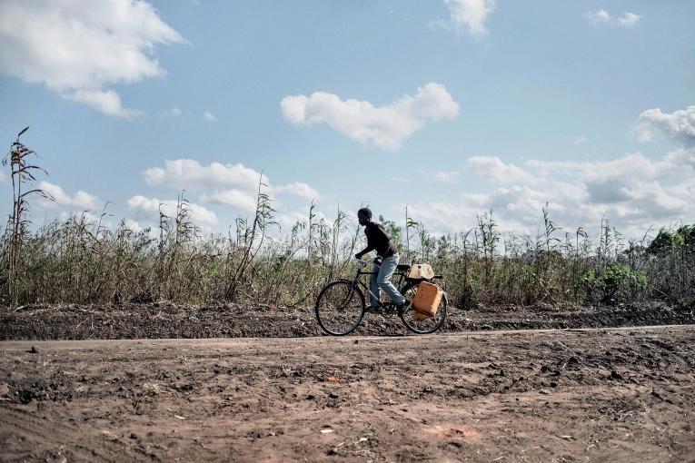 Alfred Nema, 18 ans, du village de Ntweya. Grâce au protocole médical et malgrésa maladie, il peut étudier et travailler.  © Luca Sola