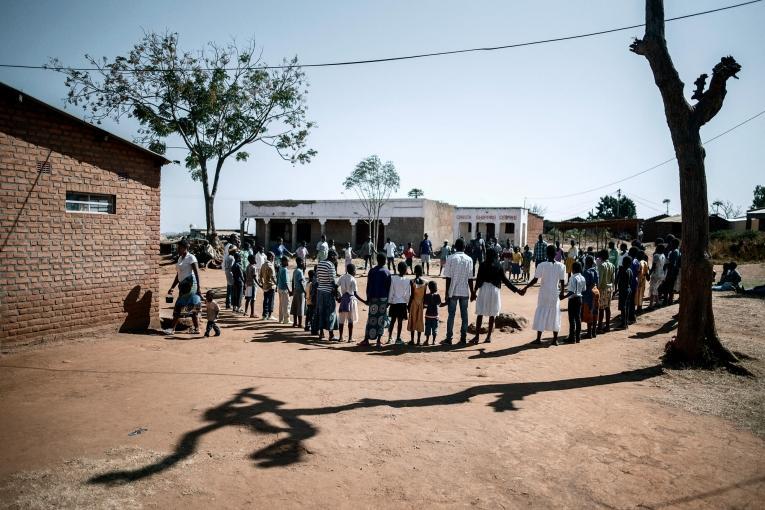 Centre de santé de Mbulumbuzi. Les équipes accueillent les nouveaux arrivants lors du rendez-vous semestriel.  © Luca Sola