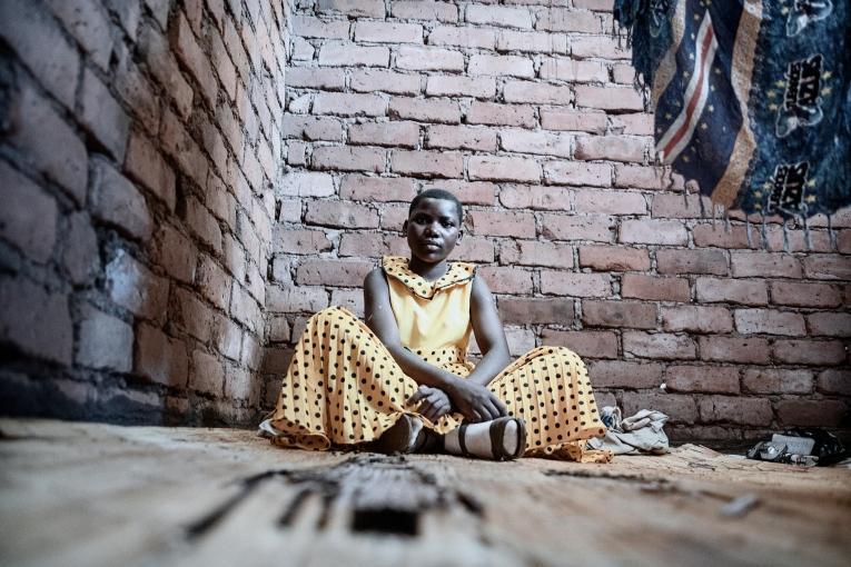 Anna, 16 ans. Elle est prise en charge par MSF pour le VIH et la tuberculose.  © Luca Sola