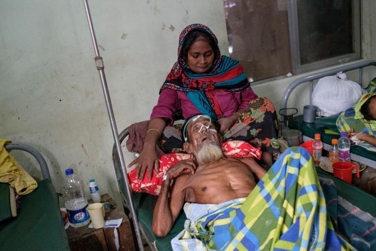 Une femme veille sur un parent malade dans la structure de santé de MSF, camp de réfugiés de Kutupalong, Cox Bazar  © Antonio Faccilongo