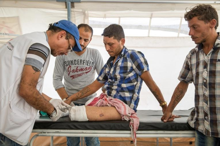 Michaël Roriz, kinésithérapeute pour Médecins Sans Frontières, soigne Ahmad, amputé des deux jambes suite à l'explosion d'un piège.  © Agnes Varraine-Leca