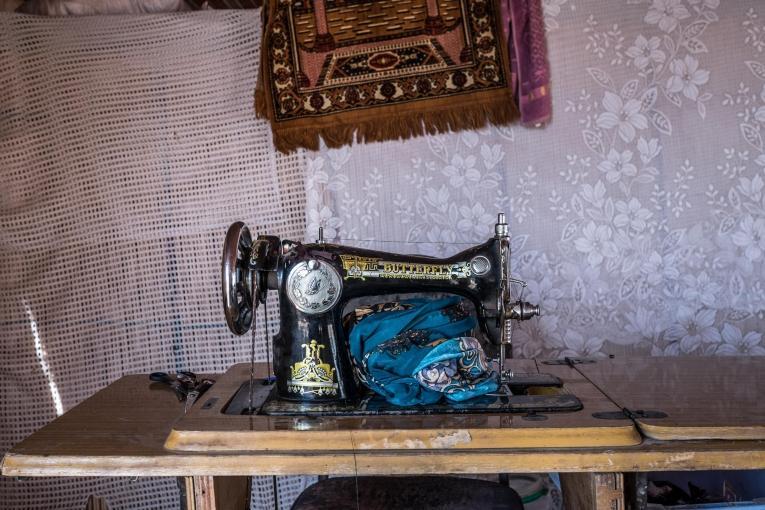 La famille d'Abdel à fui les combats entre le régime syrien et l'EI dans la région de Palmyre. Ils ont pu acheter une machine à coudre pour travailler.  © Agnes Varraine-Leca