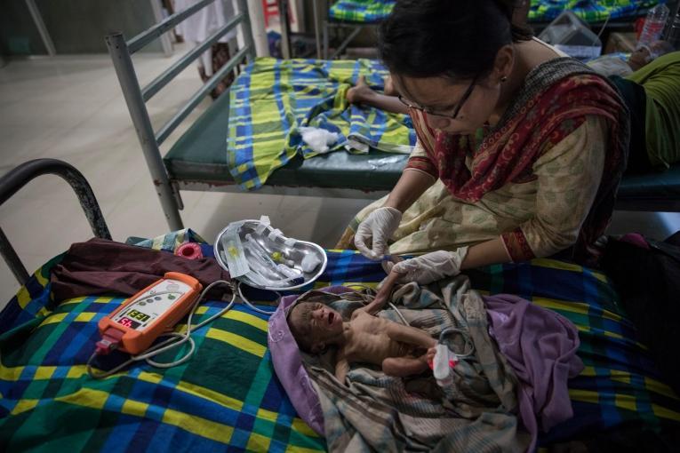 Un bébé prématuré souffrant de malnutrition est pris en charge dans l'unité de pédiatrie néonatale de MSF.  © Paula Bronstein/Getty Images