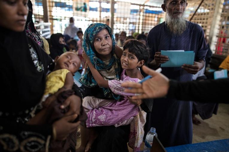 Les patients attendent d'être pris en charge dans la salle d'attente du service de consultation MSF.  © Paula Bronstein/Getty Images
