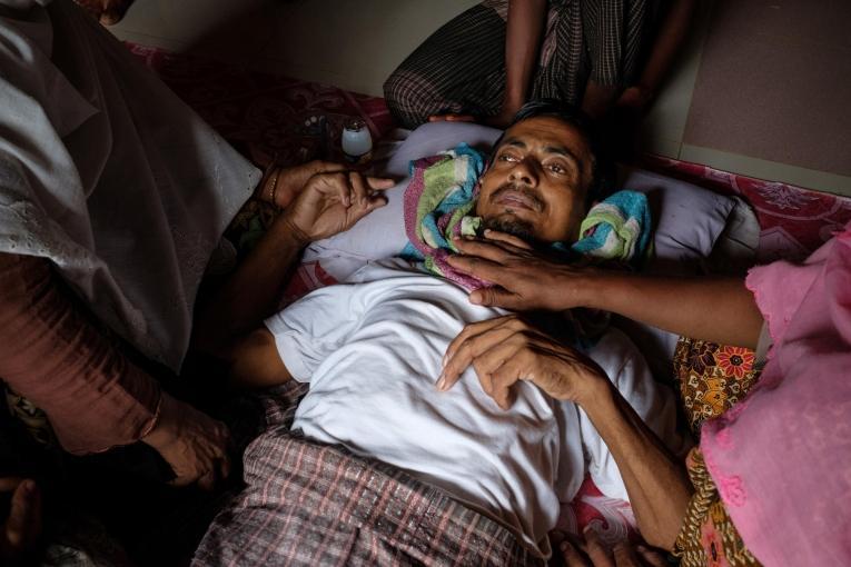 Homme rohingya hébergé dans une famille bangladaise locale  © Antonio Faccilongo