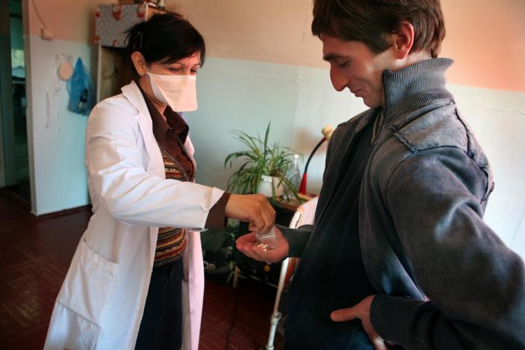 Distribution de médicaments antituberculeux, Soukhoumi, Abkhazie, février 2007.  © Jean-Marc Giboux