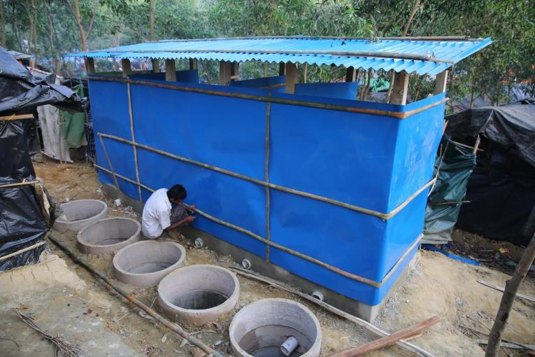 Les déjections des latrines s'infiltrent dans les fissures du ciment.  © Mohammad Ghannam/MSF
