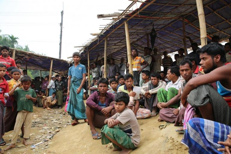 Des réfugiés Rohingya attendent la distribution alimentaire.  © Mohammad Ghannam/MSF