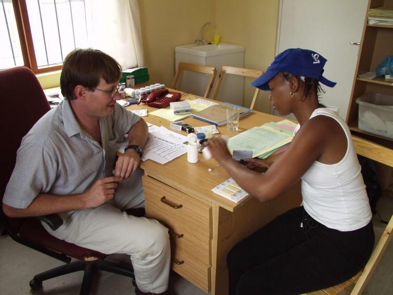 Un traitement ARV pour des patients atteints du VIH/SIDA à Khayelitsha, un township près du Cap, en Afrique du Sud.  © Sebastian Charles