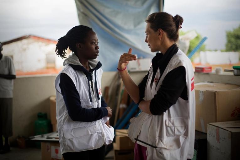 Une coordinatrice de terrain MSF en conversation avec un membre des équipes de l'association dans une clinique de Gumruk, dans l'État de Jonglei. Soudan du Sud. 2013.  © Camille Lepage/Hans Lucas