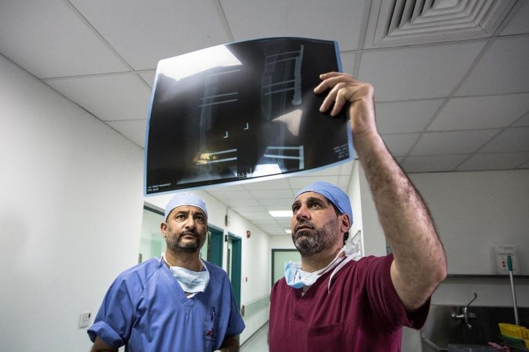 Un chirurgien orthopédiste consulte une radio à l'hôpital MSF d'Amman. Jordanie. 2016.  © Chris Huby/LE PICTORIUM
