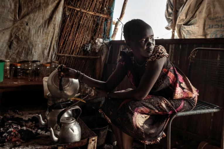Nyalel dans son salon de thé. Le risque de violences sexuelles est élevé, aussi bien dans le camp de protection des civils que lorsqu'elle sort pour ramasser du bois.  © Peter Bauza