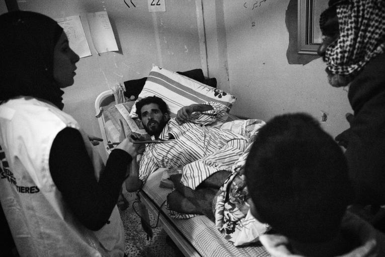 Un membre du personnel MSF parle avec un patient et ses proches à l'hôpital de Tal-Abyad.  © Eddy Van Wessel