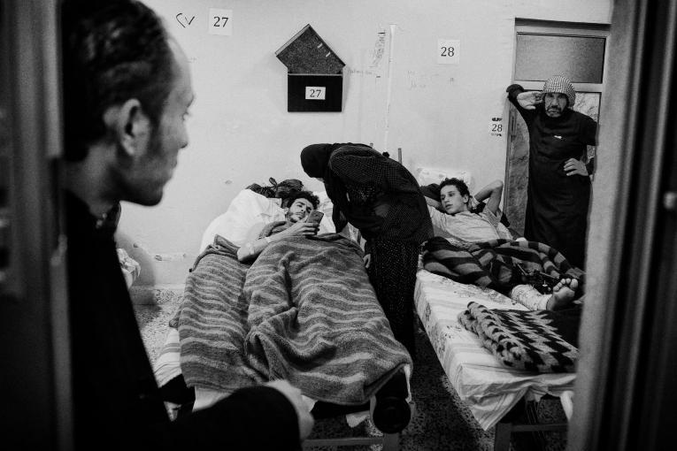 Des patients de l'hôpital de Tal-Abyad avec les membres de leur famille.  © Eddy Van Wessel