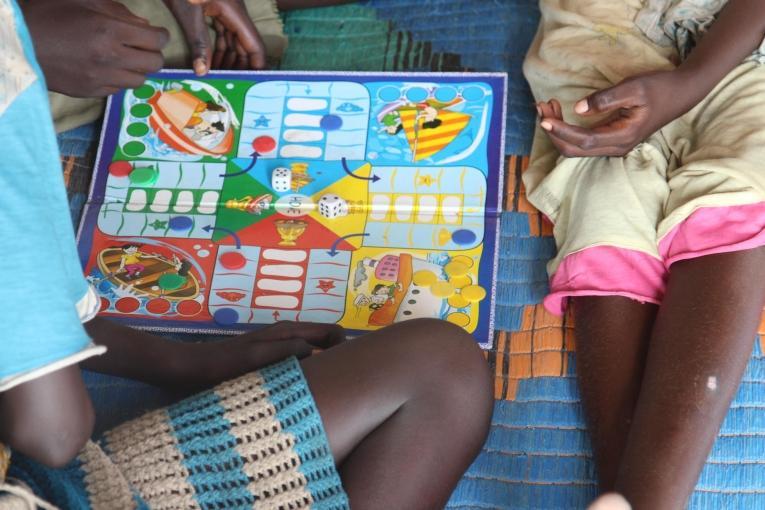 Les enfants ont la possibilité de jouer dans des espaces dédiés au sein du site de protection des civils. De nombreux enfants sont obligés de travailler dans le camp pour répondre aux besoins de leur famille.  © Philippe Carr/MSF