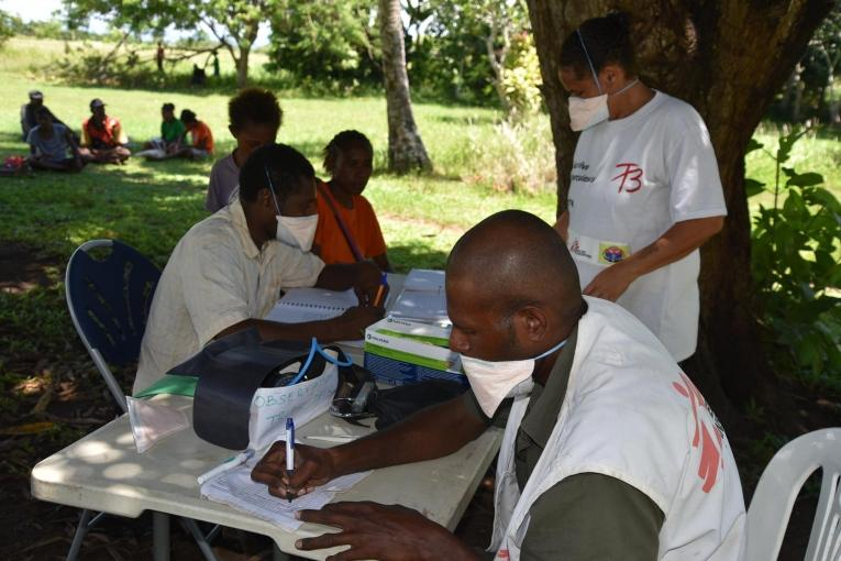 Les équipes de Médecins Sans Frontières enregistrent des patients dans le centre de santé de Malalaua, à 70 kilomètres de Kerema, dans lequel MSF soutient le diagnostic et le traitement de la tuberculose. Papouasie-Nouvelle-Guinée. 2017.  © Sophie McNamara/MSF