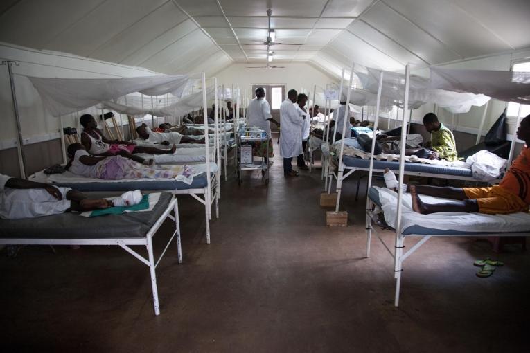 Le 10 avril en soirée, les patients ont afflué à l'hôpital MSF Sica à Bangui.  © Florent Vergnes/AFP