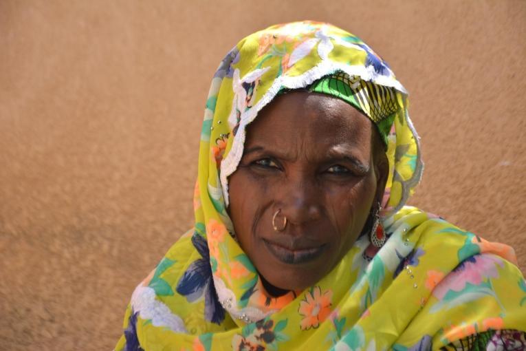Fajimatou a 33 ans et elle est mère de quatre enfants. Elle a souffert d'une fistule obstétricale pendant trois ans, avant que Médecins Sans Frontières l'oriente vers un hôpital pour être opérée.  © Elise Mertens/MSF