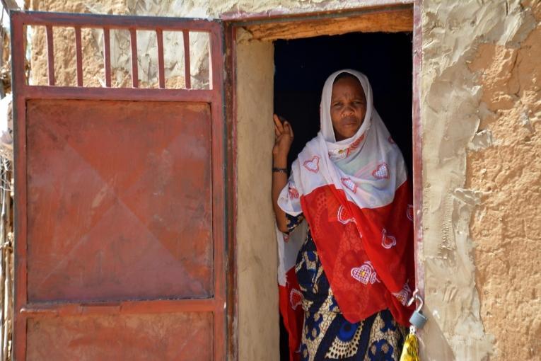Kaima est responsable d'un lieu d'écoute. Elle a été choisie par la communauté, ce qui pose les bases d'une relation de confiance avec les femmes du village. Kaima réfère à Médecins Sans Frontières les cas qui nécessitent une assistance médicale.  © Elise Mertens/MSF