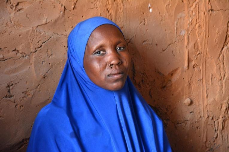 Kolo a 22 ans et elle est mère de trois enfants. Elle a souffert d'une infection sexuellement transmissible pendant six ans, avant que MSF ne l'aide à obtenir un traitement. L'infection a été diagnostiquée grâce au lieu d'écoute misen place dans son village.  © Elise Mertens/MSF