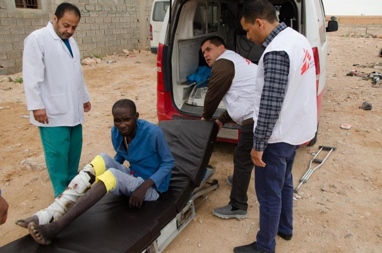 L'équipe médicale MSF réfère un patient depuis Bani Walid vers une structure de soins secondaires. Il souffre d'une fracture ouverte et infectée du tibia. La très grande majorité des patients pris en charge à Bani Walid ont réchappé de prisons clandestines présentes dans la région.  © Christophe Biteau/MSF