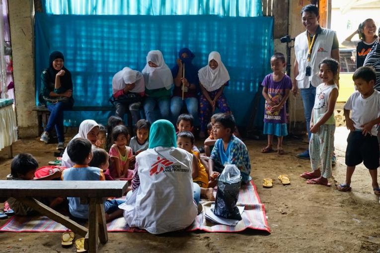 Retour en enfance: durant le siège, MSF a mené des séances de jeu dans des camps de déplacés informels dans le cadre de son programme de soutien psychologique d'urgence.  © Rocel Ann Junio/MSF